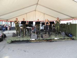 Livgardens Musikkorps spiller med sangerinde