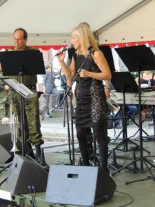 Sangerinden der er i front for Livgardens Musikkorps